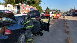 Los bomberos sacaron a la mujer pasajera y al taxista por la puerta de atrás del auto