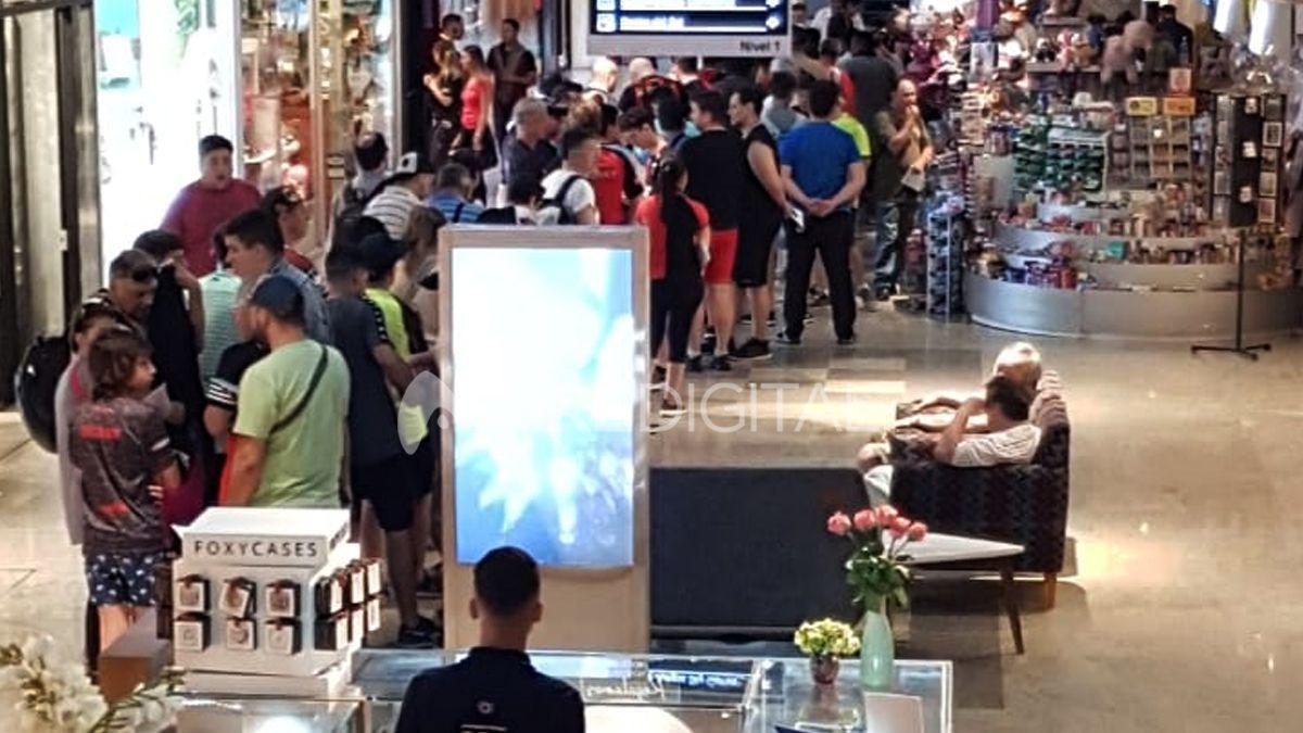 Los hinchas de Colón formaron largas filas en el Shopping Del Sol para retirar las entradas