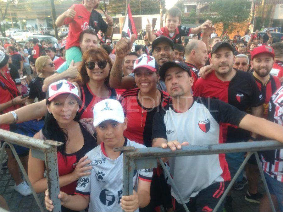 Banderazo sabalero frente al Hotel Sheraton Asunción donde se aloja el plantel de Colón