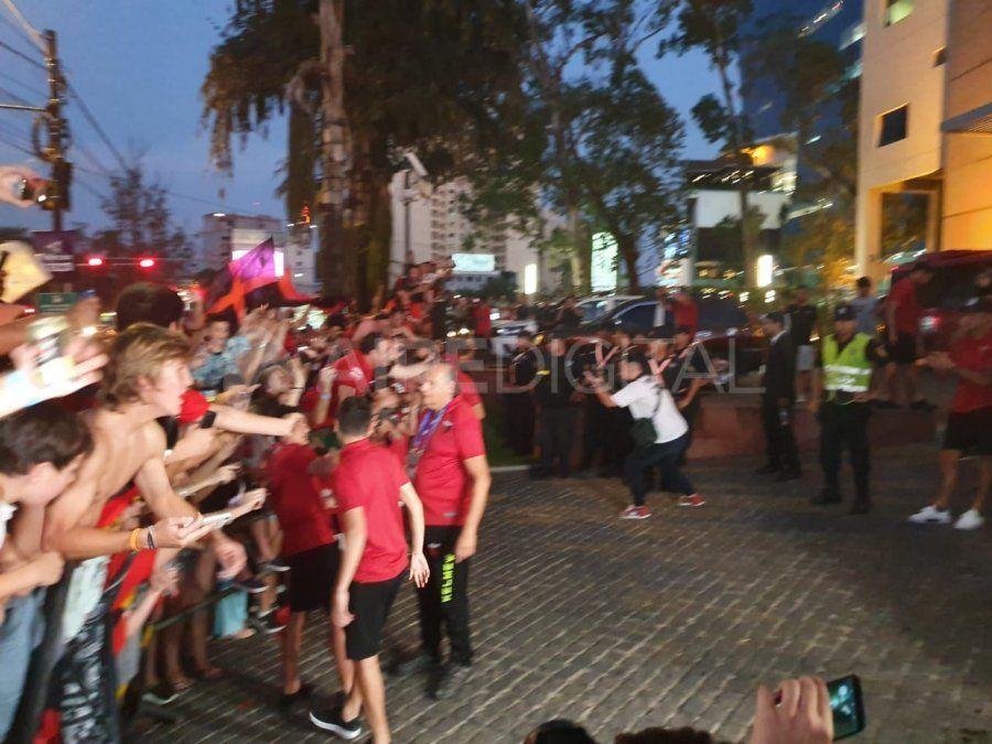 Los jugadores salieron a saludar a los hinchas que se agolpaban por verlos y tomarse fotos