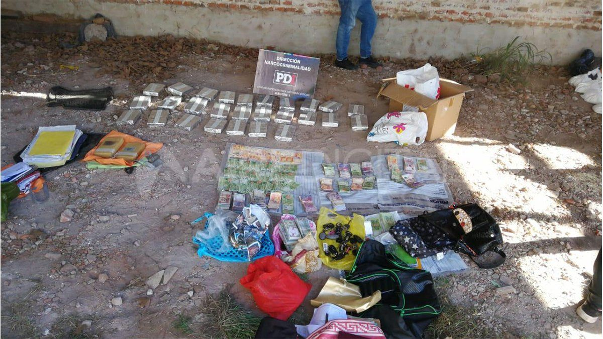 El material estupefaciente y el dinero secuestrado en los dos automóviles en el estacionamiento de calle Los Ceibos