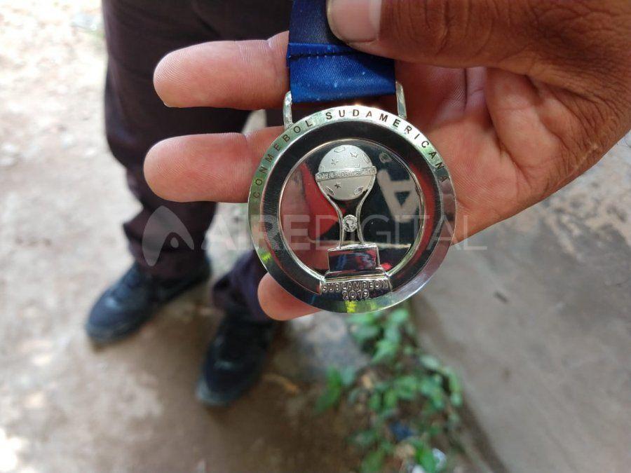 El kinesiólogo de Colón, Beto Gaitán, le regaló su medalla a la familia del hincha que murió en Asunción