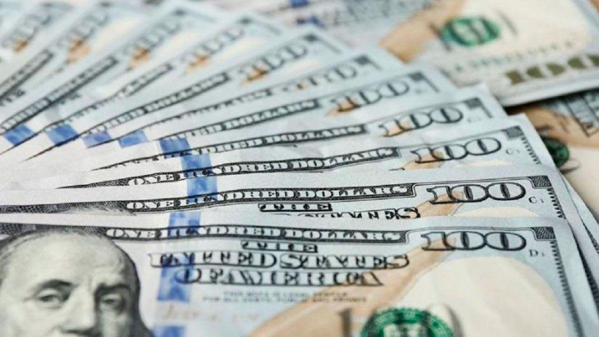 Mientras el dólar se mantiene en $63, el blue se dispara y el riesgo país supera los 2.500 puntos