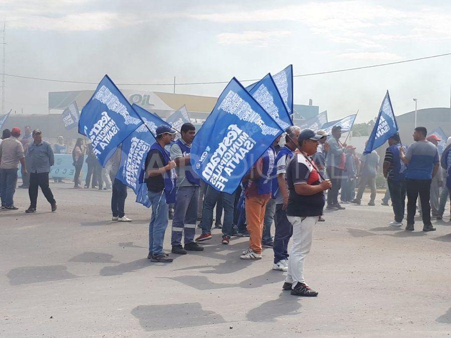Los trabajadores municipales cortan la ruta 11 en San Justo por un reclamo salarial