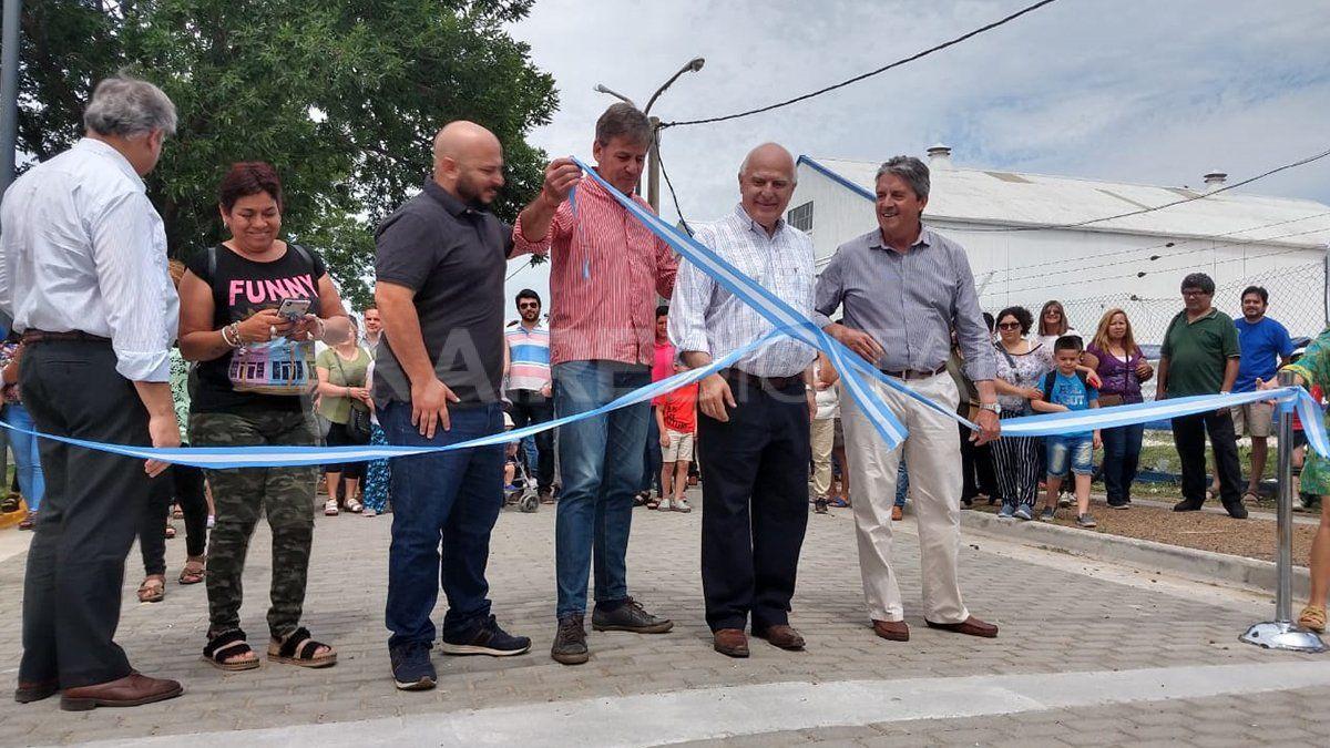 """Junto al gobernador Miguel Lifschitz, el intendente electo inauguró el paseo """"Ara San Juan""""."""