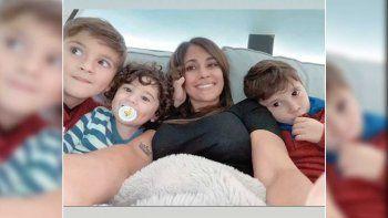 La foto de Antonela Roccuzzo mirando el partido de Argentina vs. Uruguay junto a sus hijos