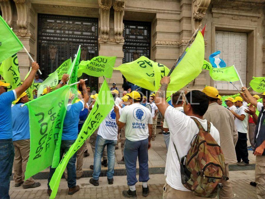 Acueducto Desvío Arijón: trabajadores se manifestaron en Casa de Gobierno por las suspensiones