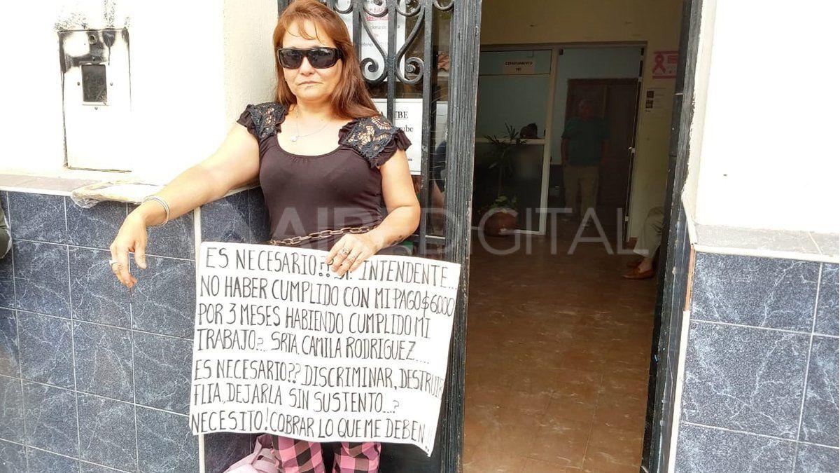 Reclamó una deuda al Municipio y la echaron: se encadenó en la puerta