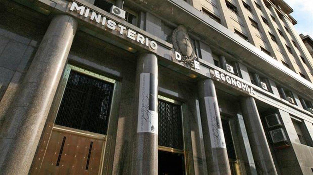 Mala señal: Economía declaró desierta la licitación para conseguir fondos para el bono dual