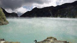 video: un dron capta su descenso sobre el crater de un volcan de mas de 2.700 metros de altura