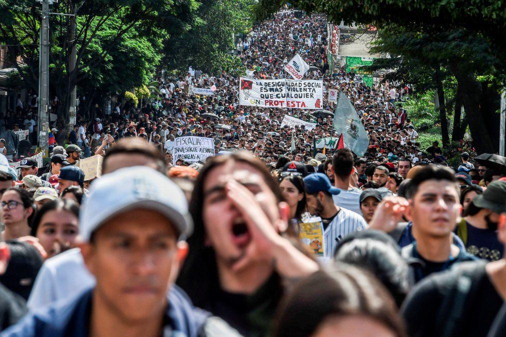La jornada de protestas en Colombia dejó tres muertos y 98 detenidos