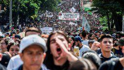 la jornada de protestas en colombia dejo tres muertos y 98 detenidos