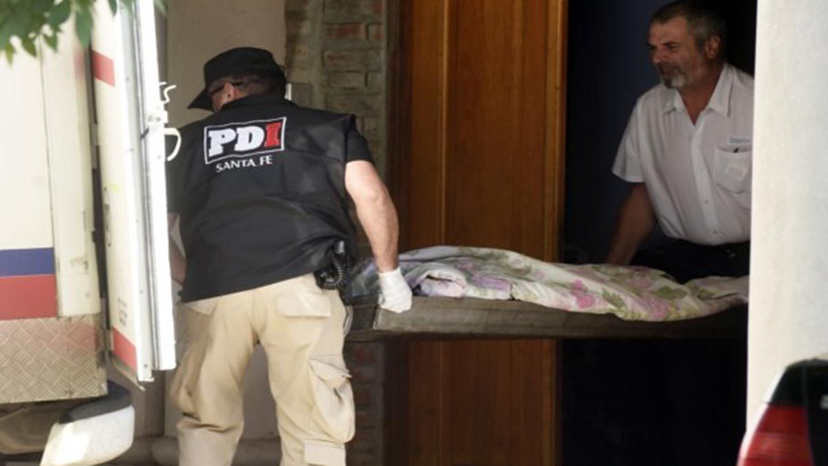 El momento en que retiran el cuerpo de Pimpi Sandoval de la casona donde fue ejecutado.