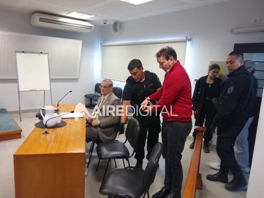 Valdés (de saco gris) y Belaggio (de suéter rojo) al ingresar a la audiencia en que se dispuso su prisión preventiva