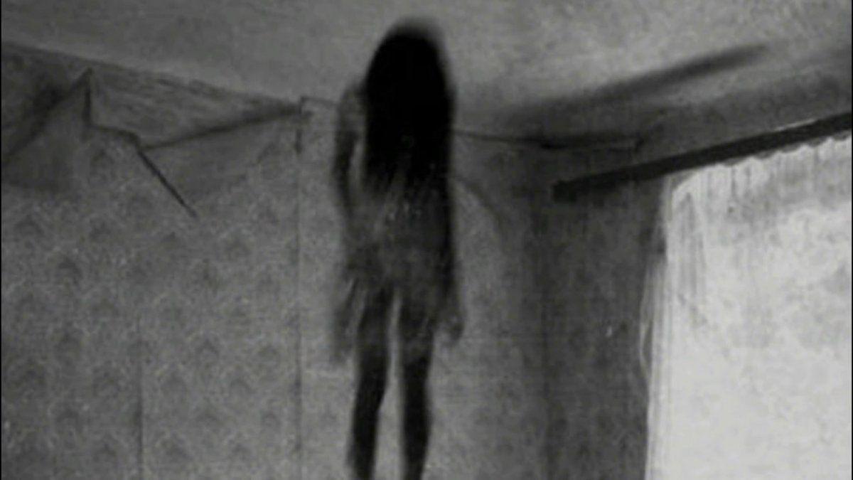 Se sacó una foto y visualizó un fantasma: afirma que es su hermana que murió