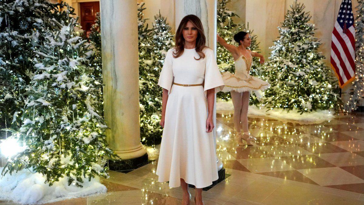 VIDEO: Melania Trump muestra las decoraciones de Navidad en la Casa Blanca (y este año no parecen sacadas de El Resplandor)