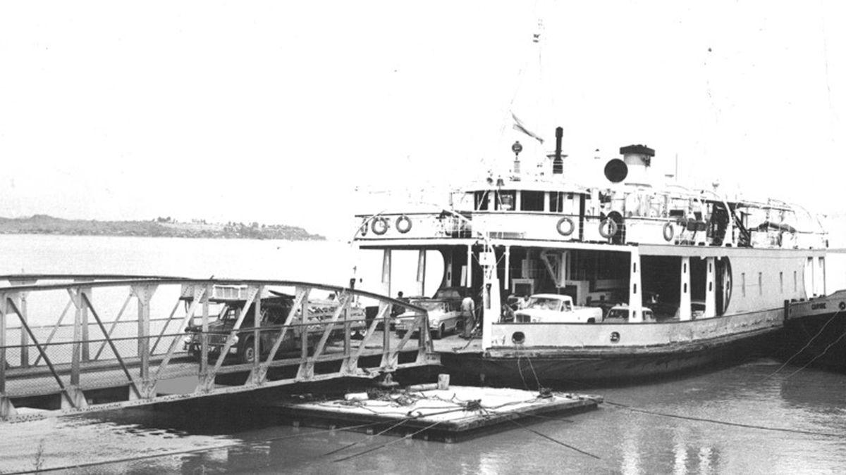 El servicio de balsa entre Santa Fe y Paraná se inauguró en 1928 y se mantuvo hasta diciembre de 2009