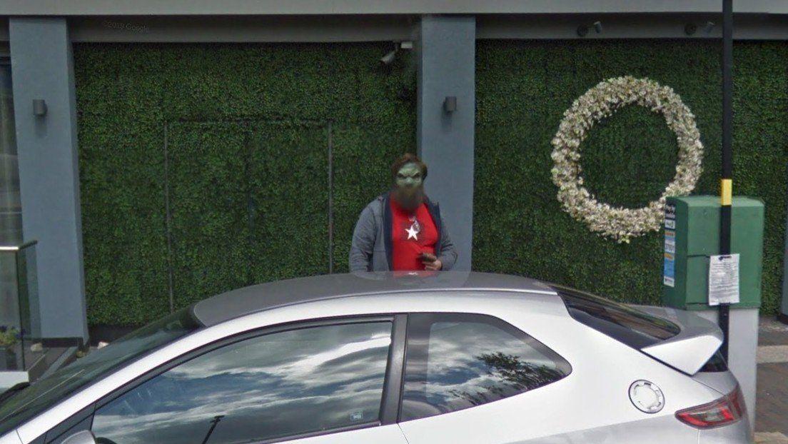 Busca estacionamiento con Google Maps y de pronto se topa con la dura mirada de un barbudo verde
