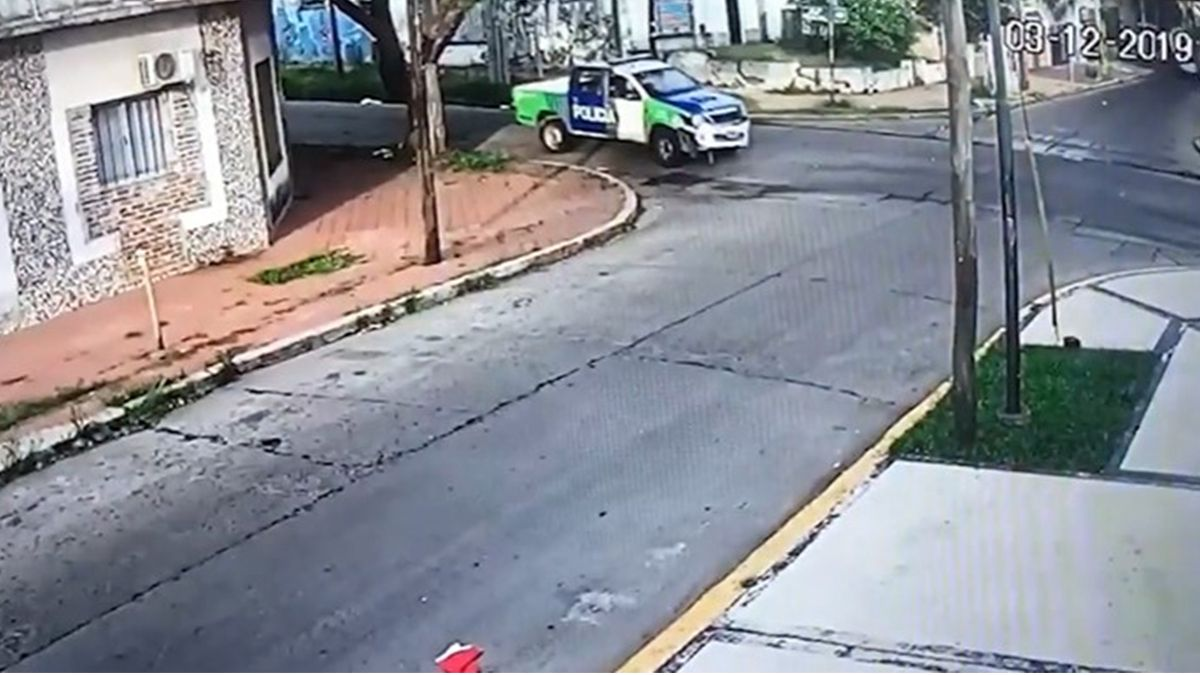 Video: un patrullero chocó y mató a un ladrón que circulaba en una moto robada