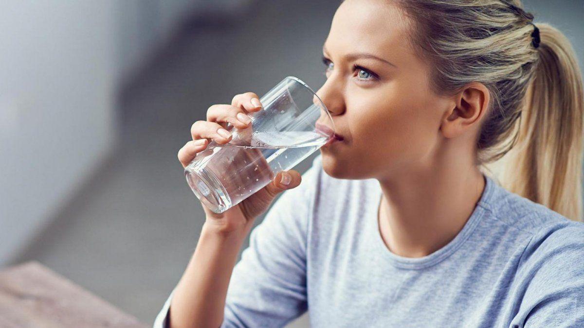 Tomar agua en exceso también es dañino para tu cuerpo, conoce los síntomas