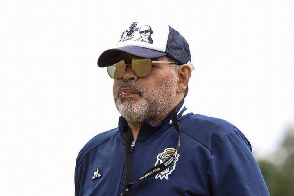 Maradona fue a entrenar con una gorra del Indio Solari