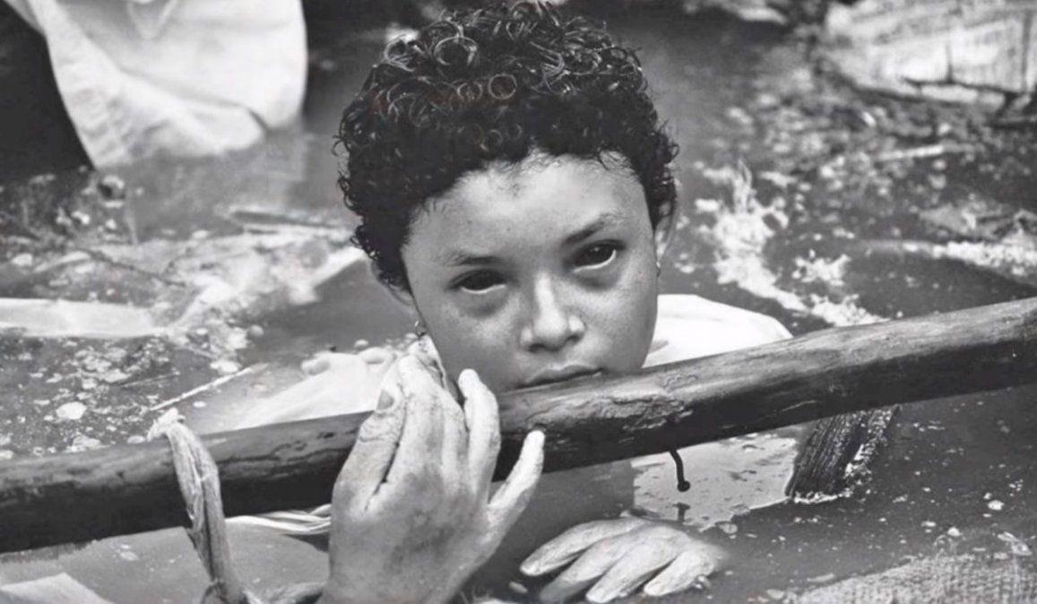 La historia de la fotografía de la niña que falleció atrapada en escombros