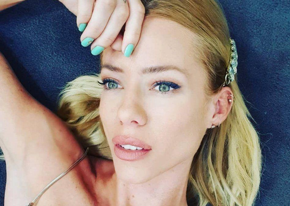 El topless de Nicole Neumman y un enigmático mensaje