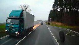 un camion en marcha pierde dos ruedas y provoca un chispeante accidente en plena carretera