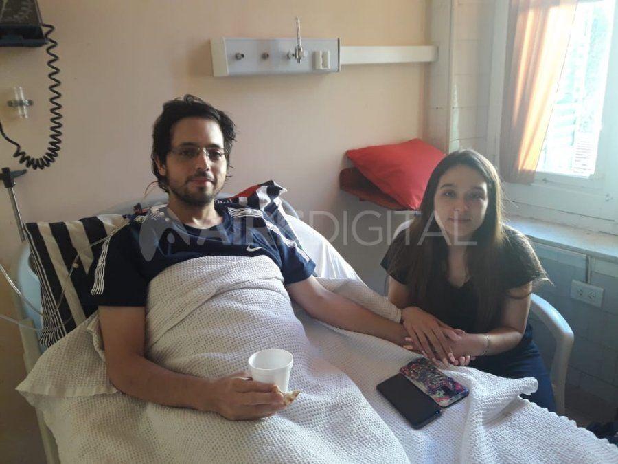 Gabriel Otte junto a su novia Joana Priscila Ayala en el Hospital Cullen