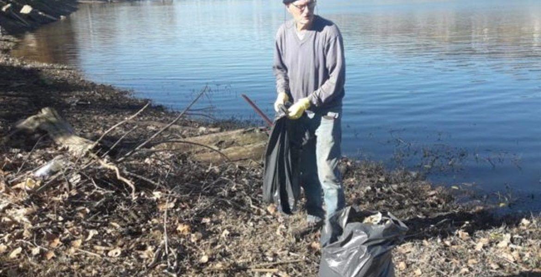 Pidió ayuda a los vecinos para limpiar un lago: nadie se sumó y entonces lo hizo solo