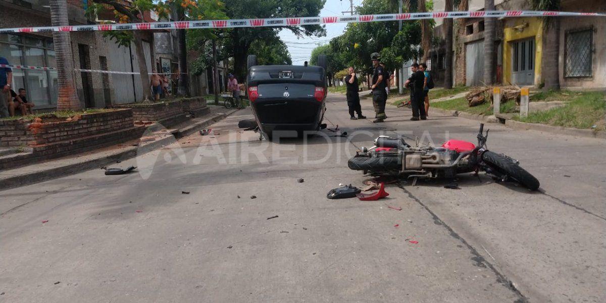 Accidente de tránsito en Castelli y Sarmiento: un motociclista impactó contra un auto y fue derivado al Cullen