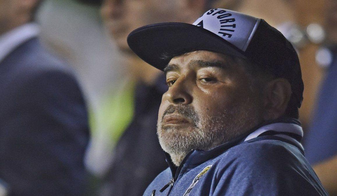 Gimnasia se perdió un gol increíble y Maradona se pegó un porrazo
