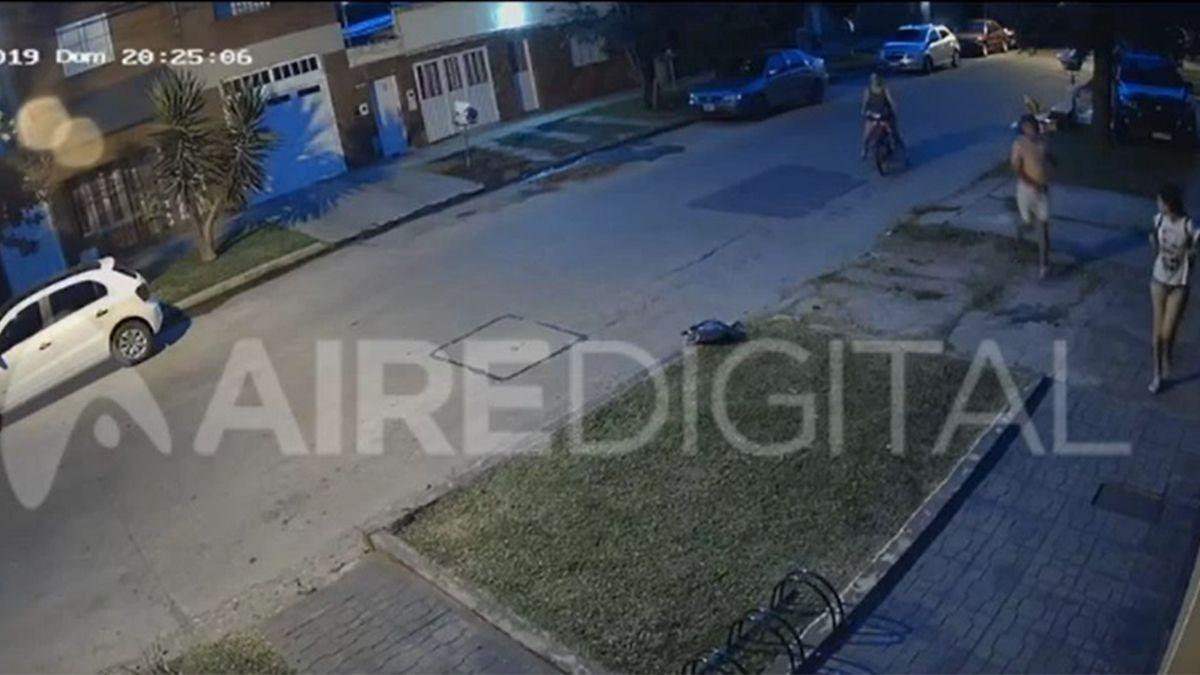 Video: en 7 segundos le robaron la mochila a una joven en María Selva