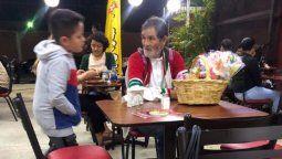 un nino le pidio dinero a su mama para comprarle comida a un anciano y emociono a todos