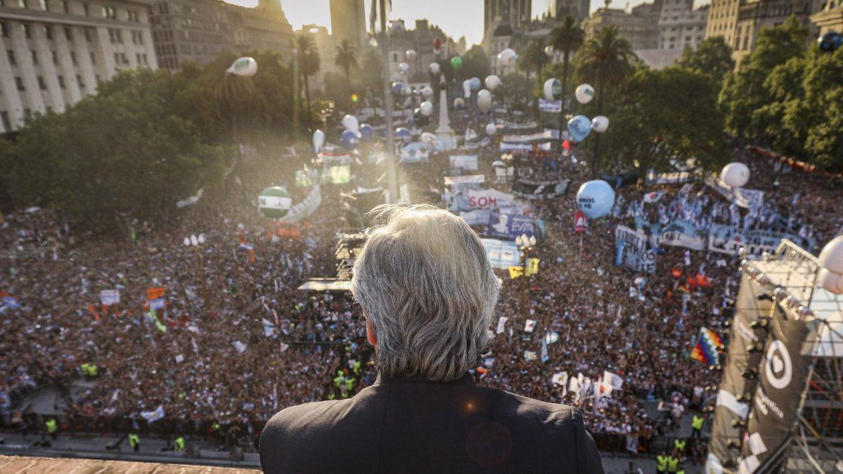 El primer saludo de Alberto Fernández desde el balcón de la Casa Rosada