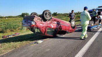 Perdió el control del coche, se cruzó de carril, chocó a un auto y lo dio vuelta
