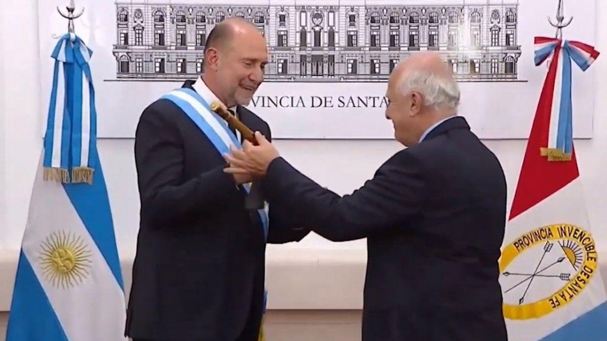 Omar Perotti recibió el bastón de mando de la mano de Miguel Lifschitz