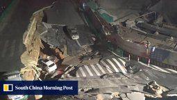 un agujero de 500 metros se abre en una carrtera de china y se traga dos autos