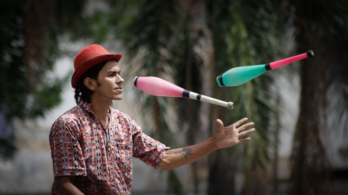 Malabarear la calle: los artistas de las esquinas de Santa Fe