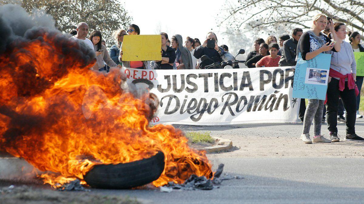 Vecinos de Recreo cortan la ruta nacional 11 para pedir justicia por la muerte de Diego Román.