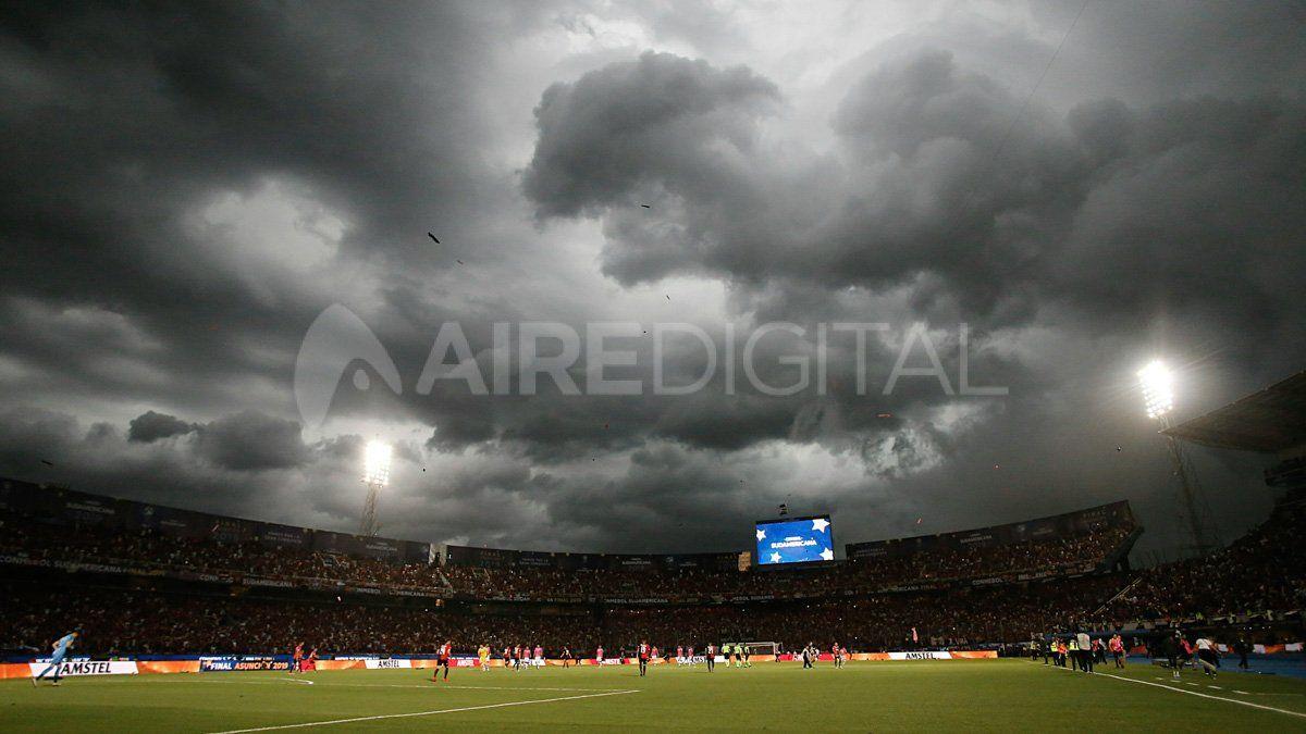 Así llegó la tormenta a La Nueva Olla en Asunción durante la final por la Copa Sudamericana donde 40.000 hinchas santafesinos alentaron a Colón.