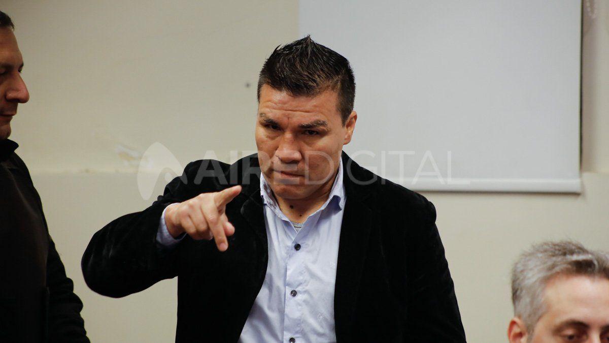 El gesto amenazante de Baldomir a los periodistas en el inicio de su juicio por abuso sexual.