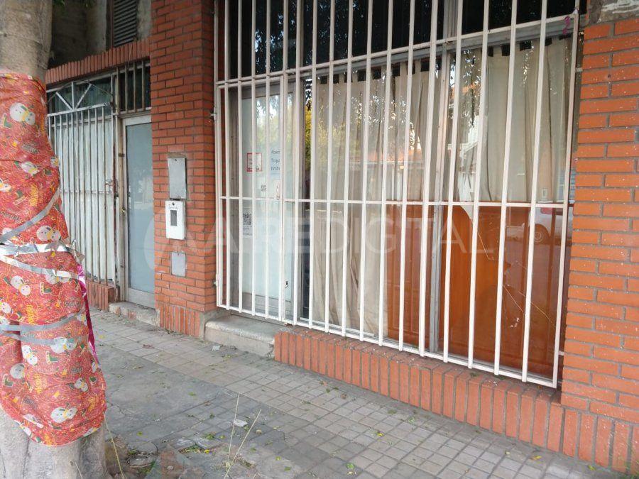 Uno de los imputados robó dos remeras de un local de indumentarias y quedó detenido