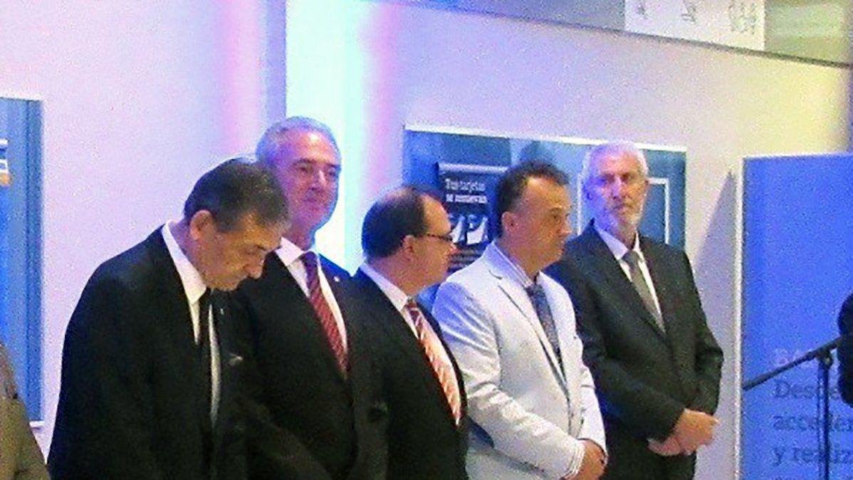 Enrique Encino (el primero a la derecha) en la inauguración de la sucursal del BNA de Las Parejas en el 2017.