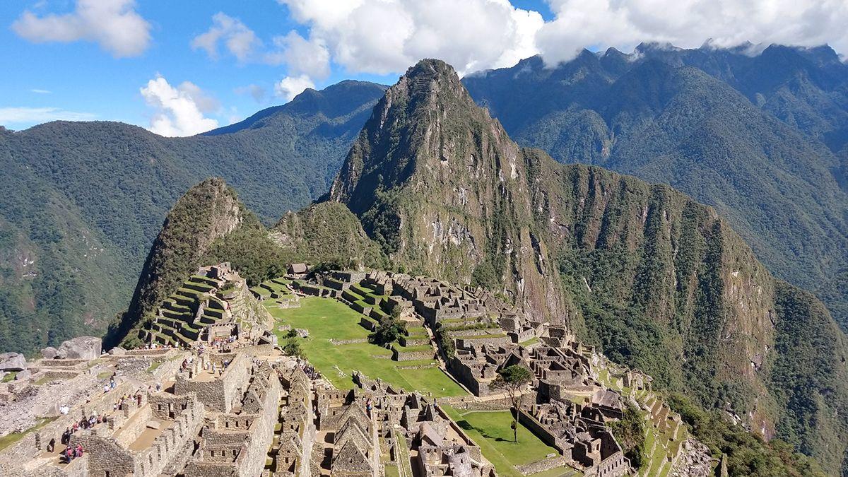 Turistas argentinos fueron detenidos por defecar y provocar daños en el Machu Picchu