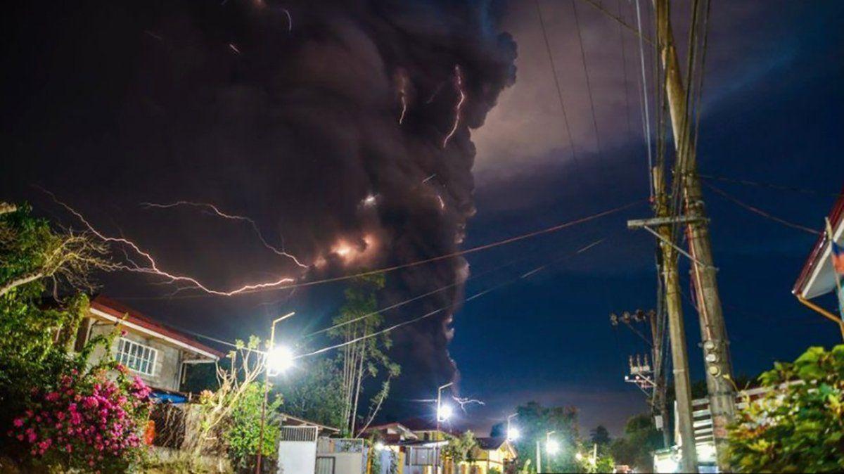 Los impactantes rayos generados por la erupción del volcán Taal en Filipinas