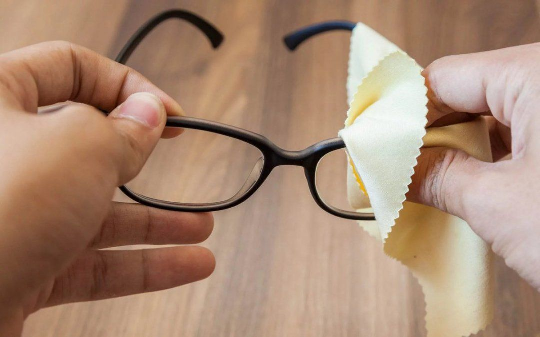 Cómo limpiar anteojos y dejarlos como nuevos