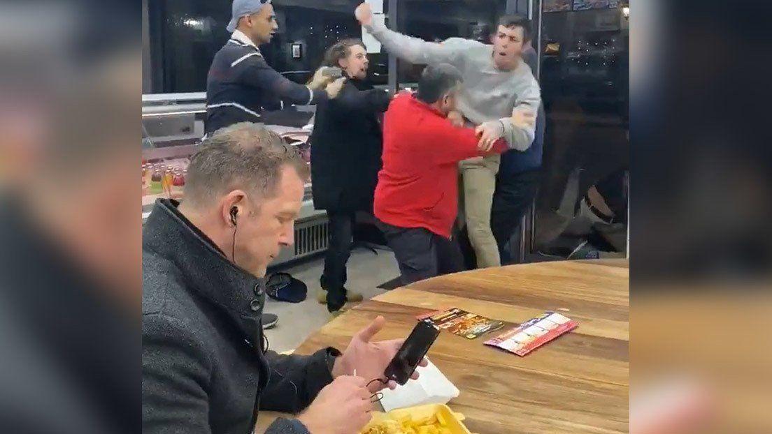 Un hombre come tranquilamente en medio de una gran pelea y se convierte en meme