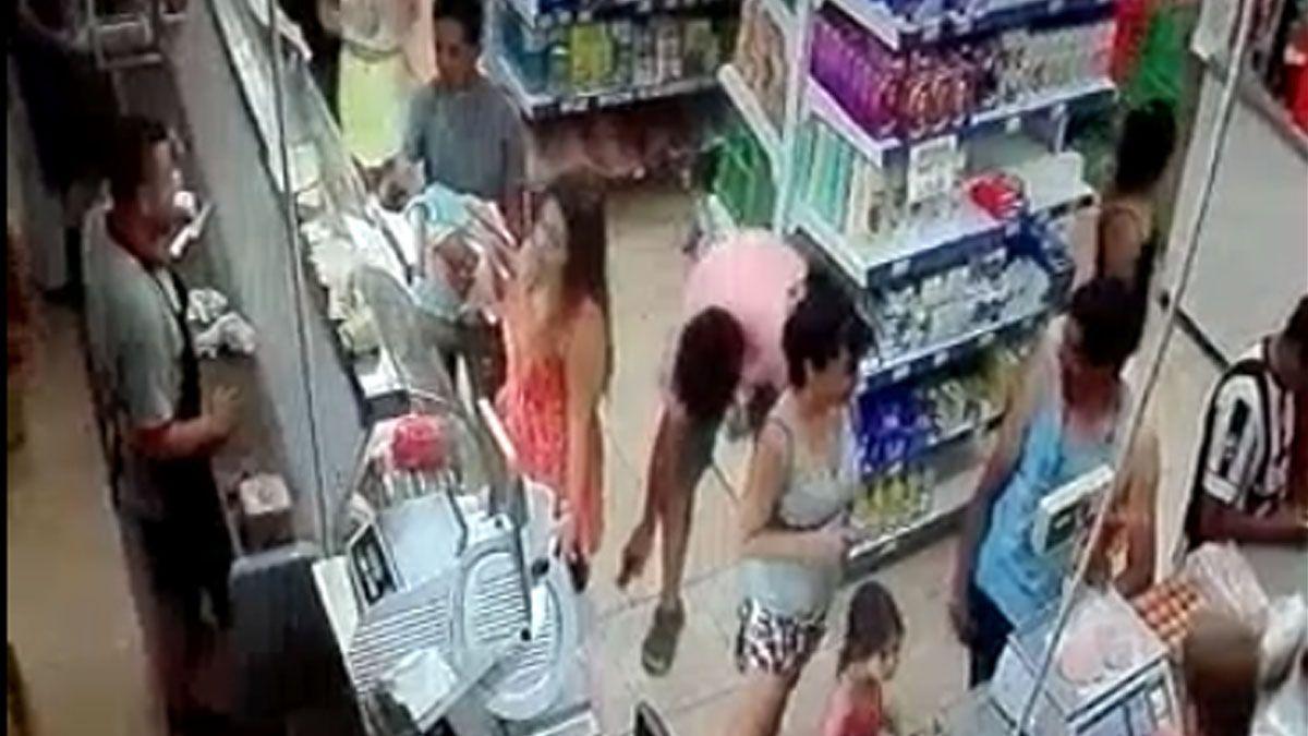 Filmaba la entrepierna de mujeres con pollera con su celular y lo escracharon en las redes