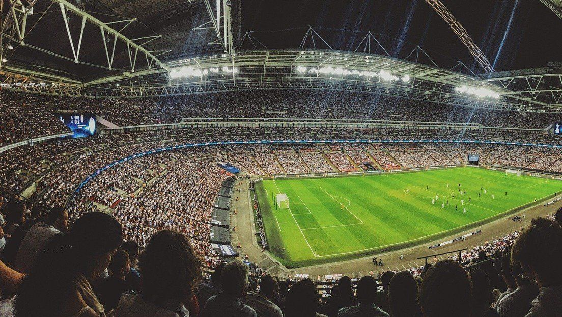 Incómodo: una cámara captó una infidelidad en medio de un partido de fútbol